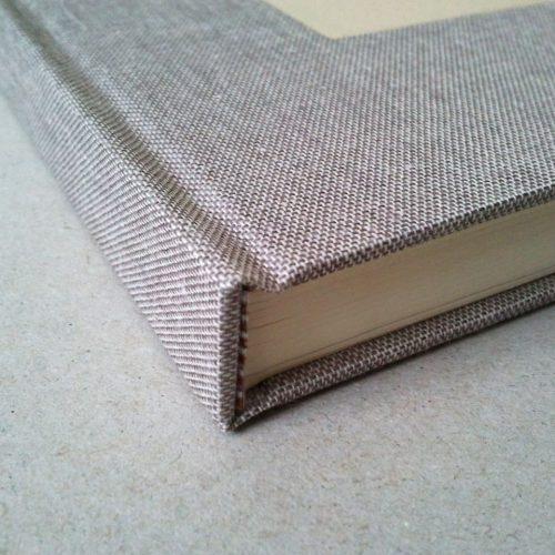 Libro de firmas lino gris con marco para foto. MardePapel