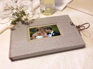Libro de firmas lino gris con marco para foto. MardePapel.