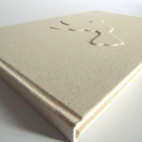 Libro de firmas con paloma en relieve 1. MardePapel.