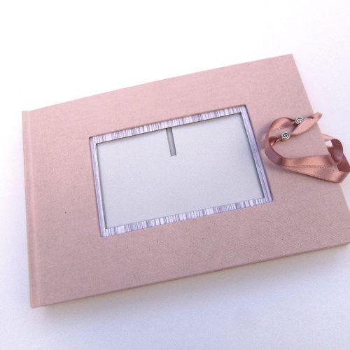 Libro de firmas rosa con marco de foto y cierre 1. MardePapel