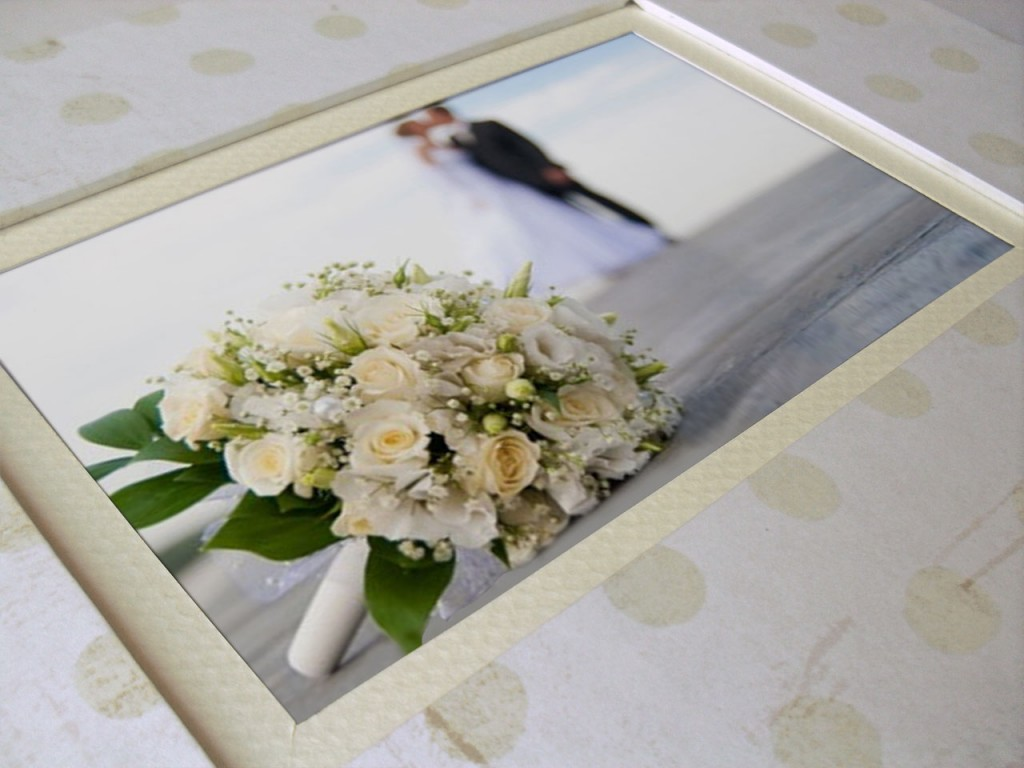 Libro de firmas para bodas<br>blanco-topos y marco para foto