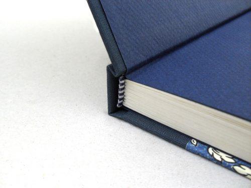 Libro de testigos con flores azules y cierre 1. MardePapel