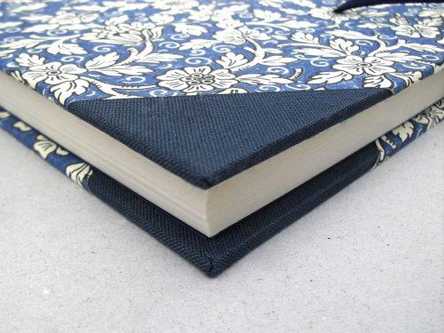 Libro de testigos con flores azules y cierre 2. MardePapel