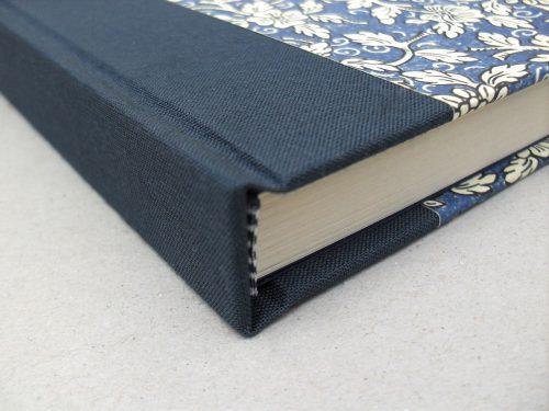 Libro de testigos con flores azules y cierre 3. MardePapel