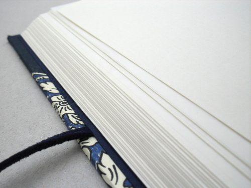 Libro de testigos con flores azules y cierre 4. MardePapel