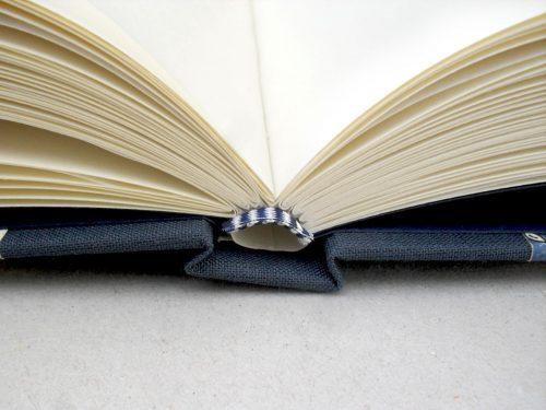 Libro de testigos con flores azules y cierre 5. MardePapel