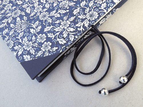 Libro de testigos con flores azules y cierre 7. MardePapel