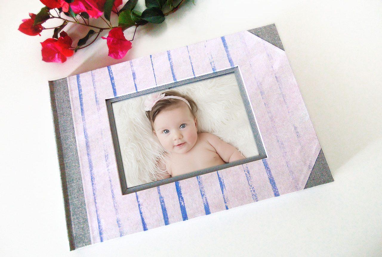 Libro de firmas de niña para bautizo con rayas © MardePapel