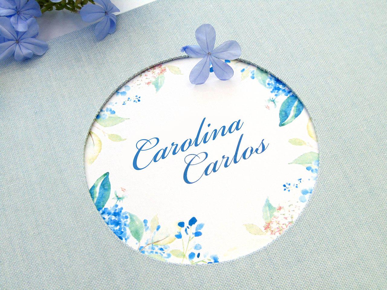 Círculo troquelado en la tapa con diseño inspirado en las invitaciones