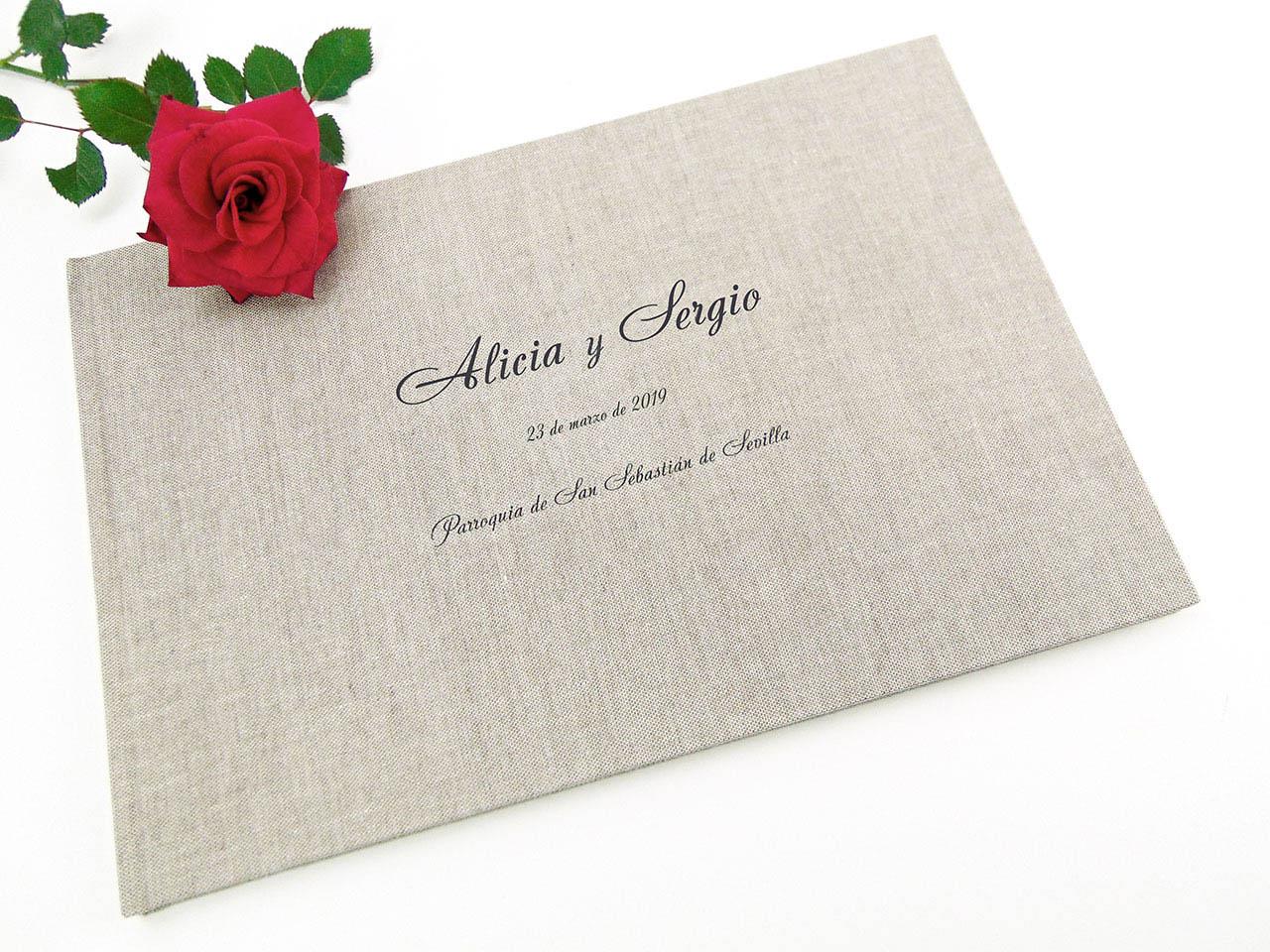 Libro de firmas forrado con tela de  lino gris estampada.