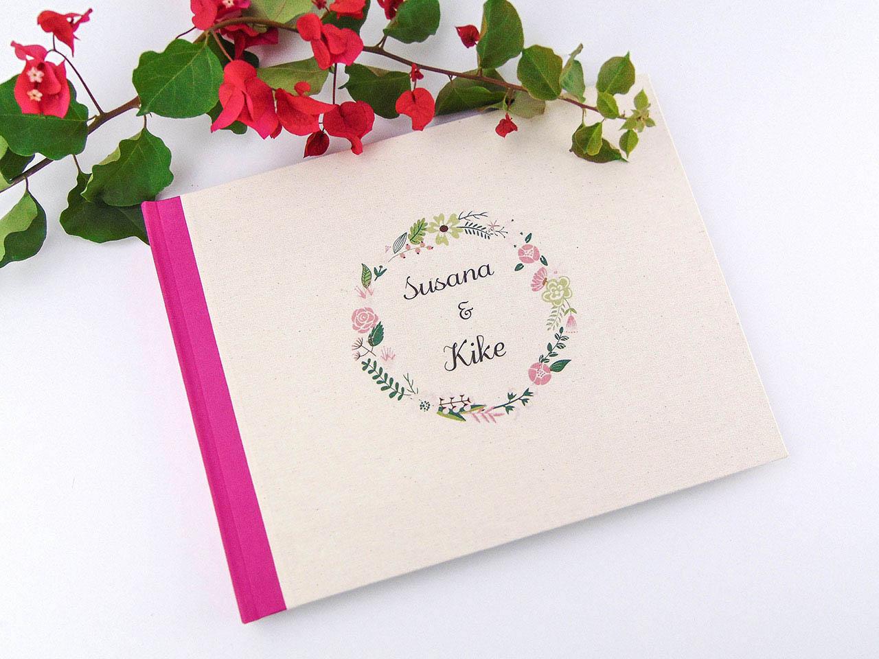 Libro de firmas con tela  estampada con corona de flores.