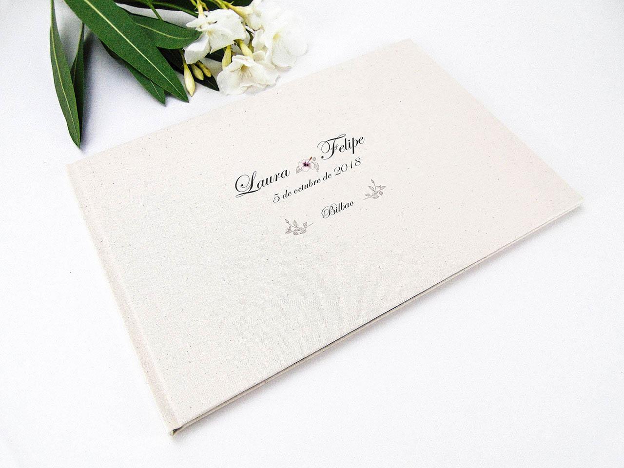 Libro de firmas forrado con tela rústica estampada.