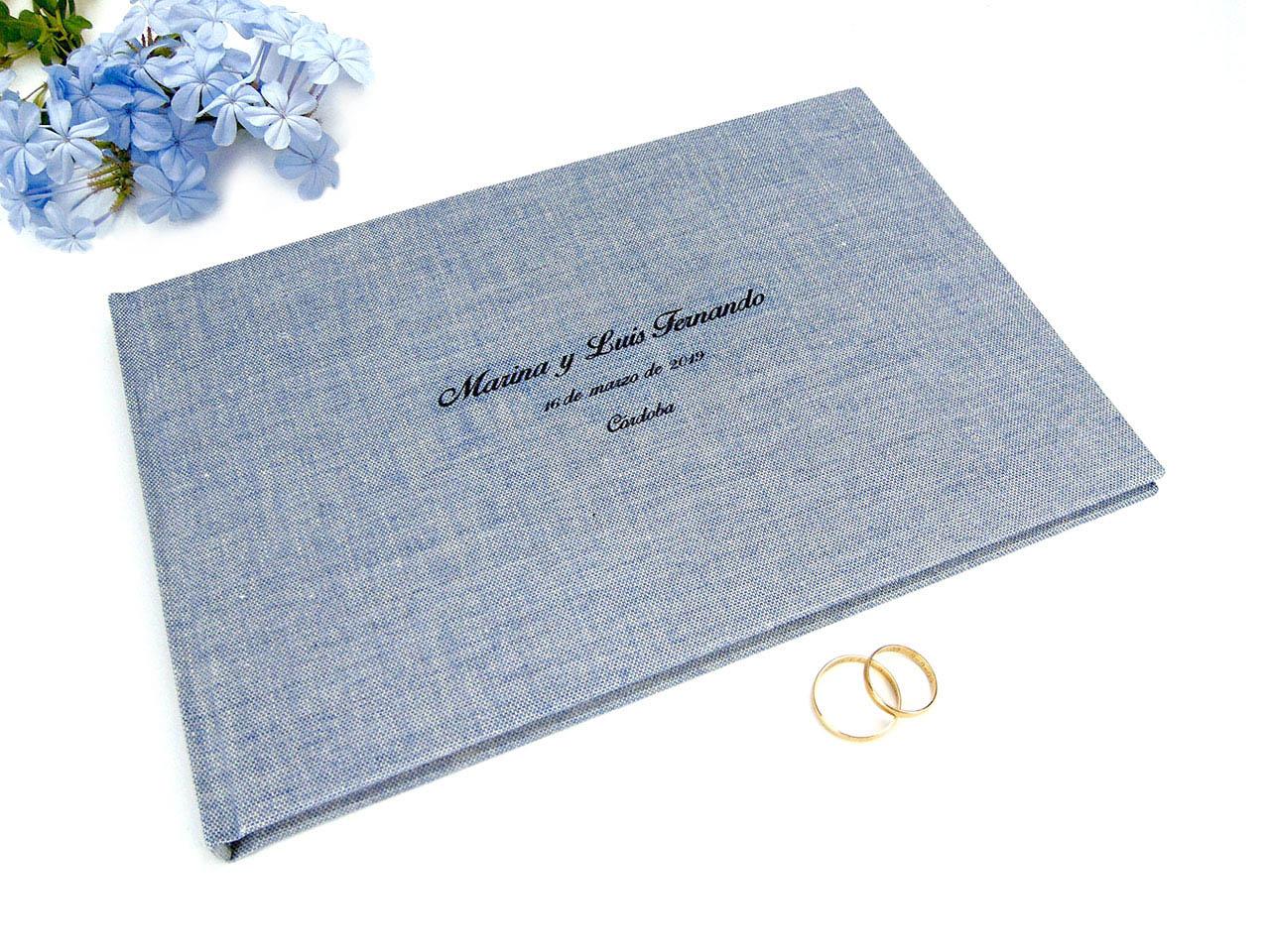 Libro de firmas forrado con tela de  lino azul estampada.