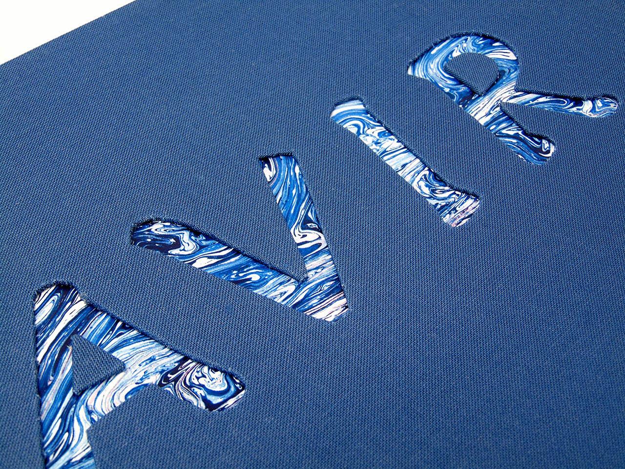 Letras en bajo relieve <br>con fondo de papel marmolado