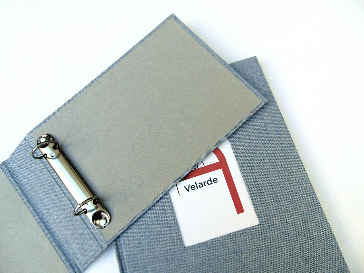 Detalle de la carpeta<br> forrada con tela de lino azul