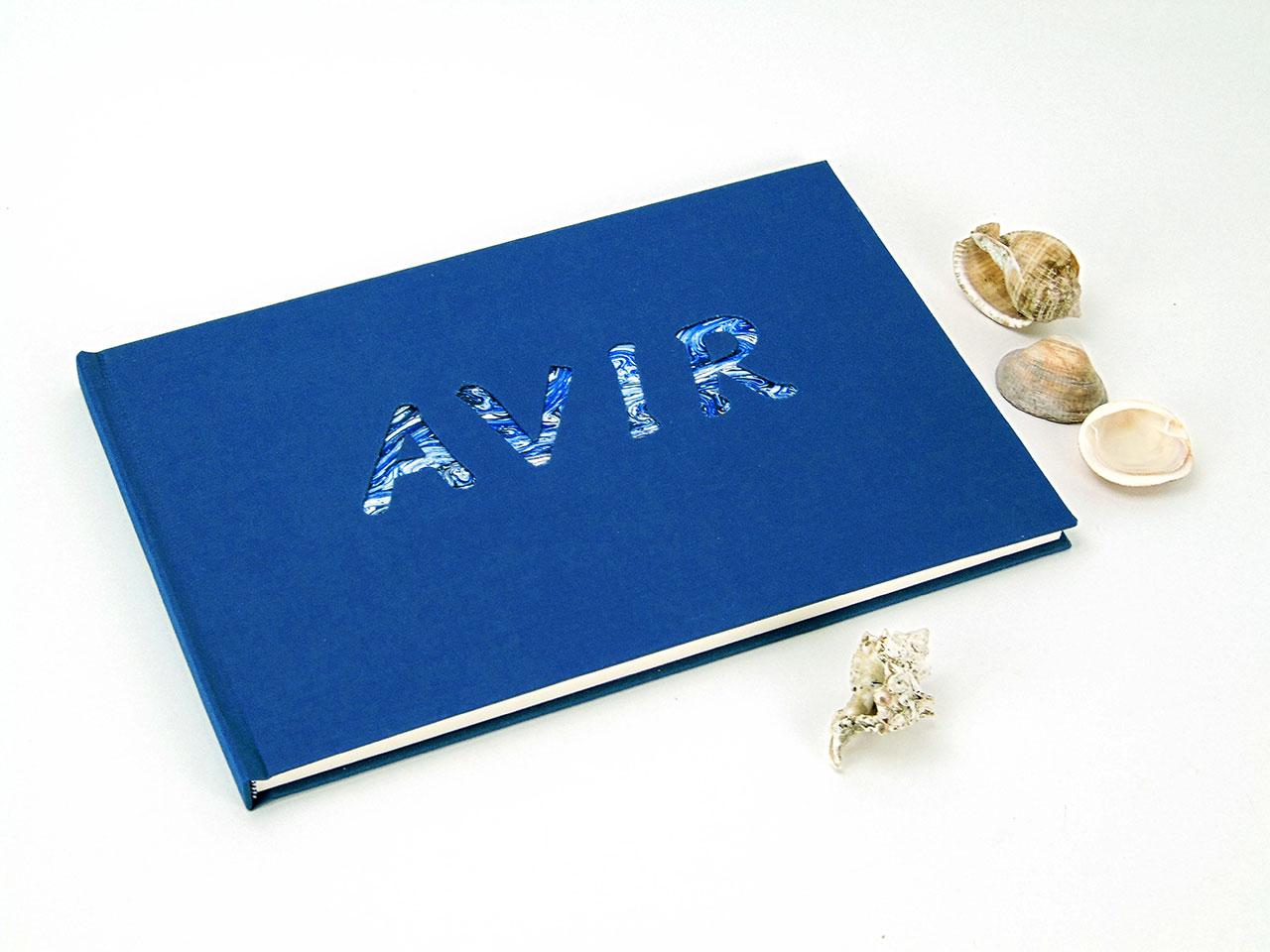 Avir<br> Libro de firmas forrado en tela azul.