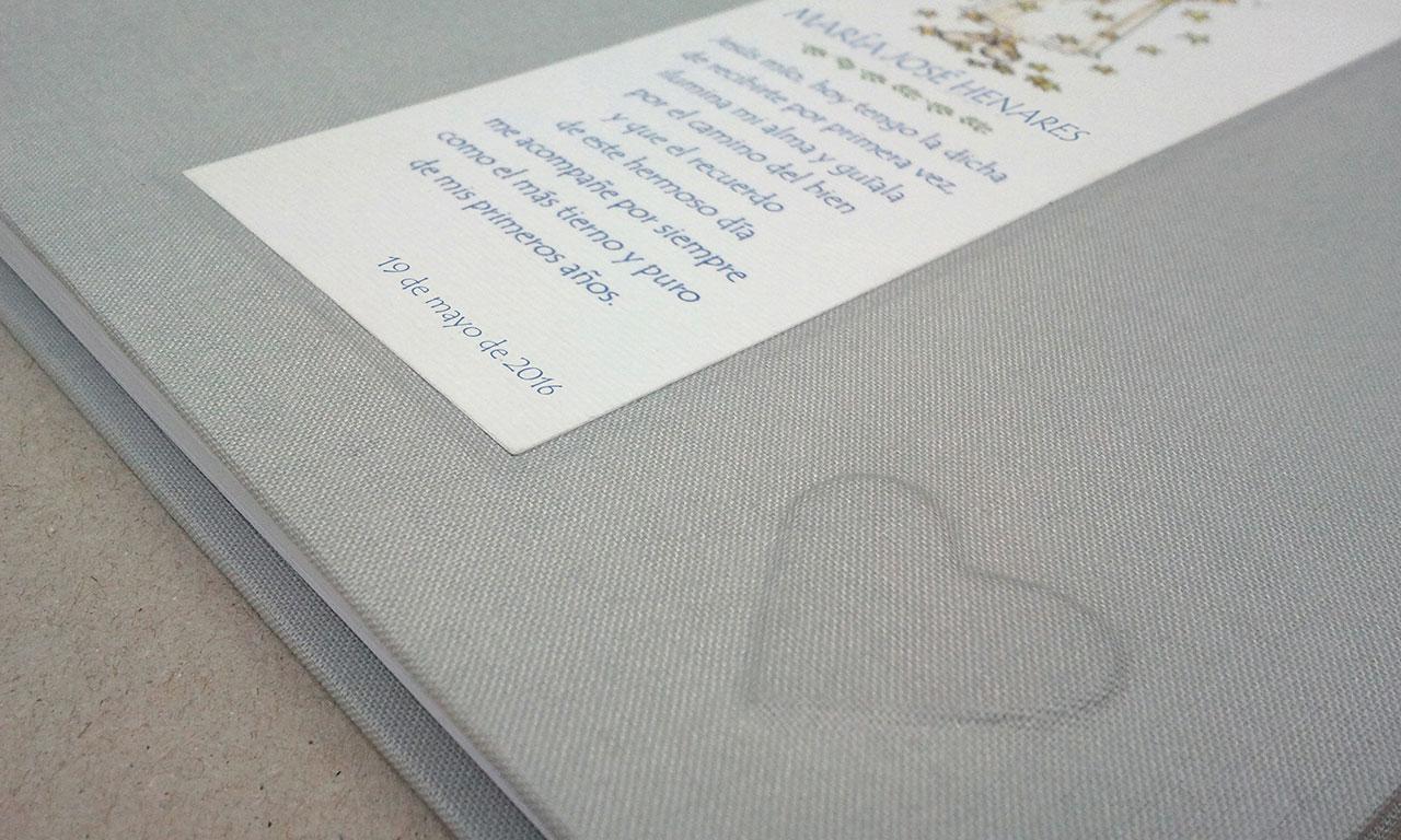 Álbum de fotos con corazón en relieve<br> y recordatorio integrado en la tapa
