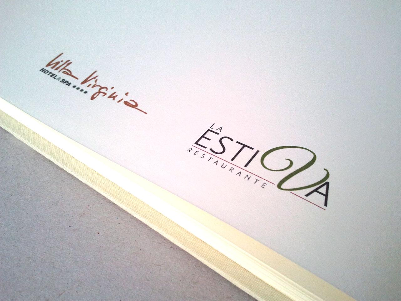 Libro de firmas con los logotipos del restaurant<br> y el hotel de la celebración.