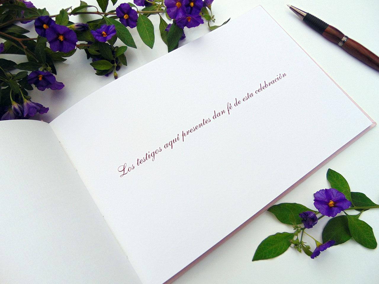 Tipografía Shelley Allegro en color burdeo.