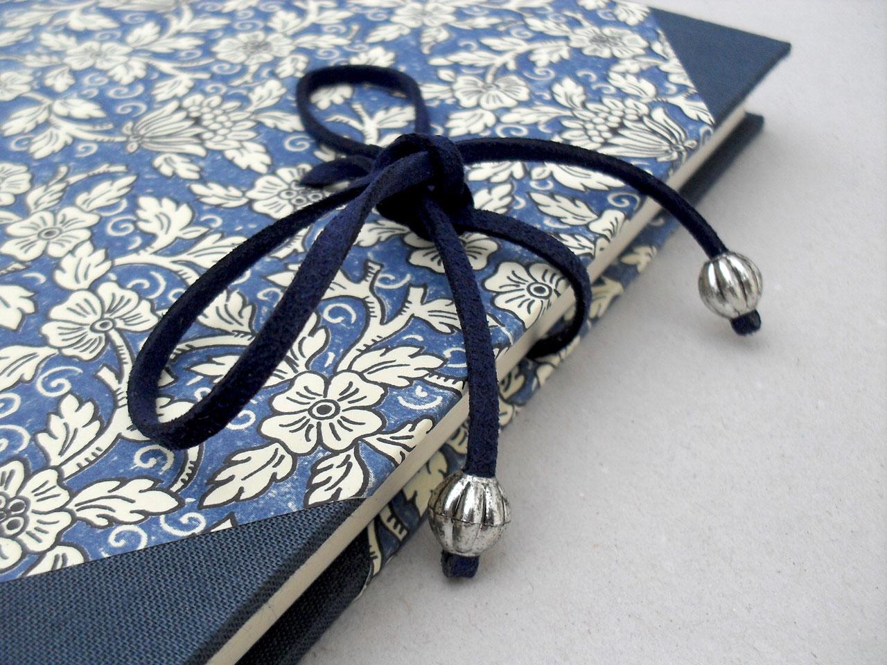 Cierre del libro de testigos<br> con flores azules y cierre