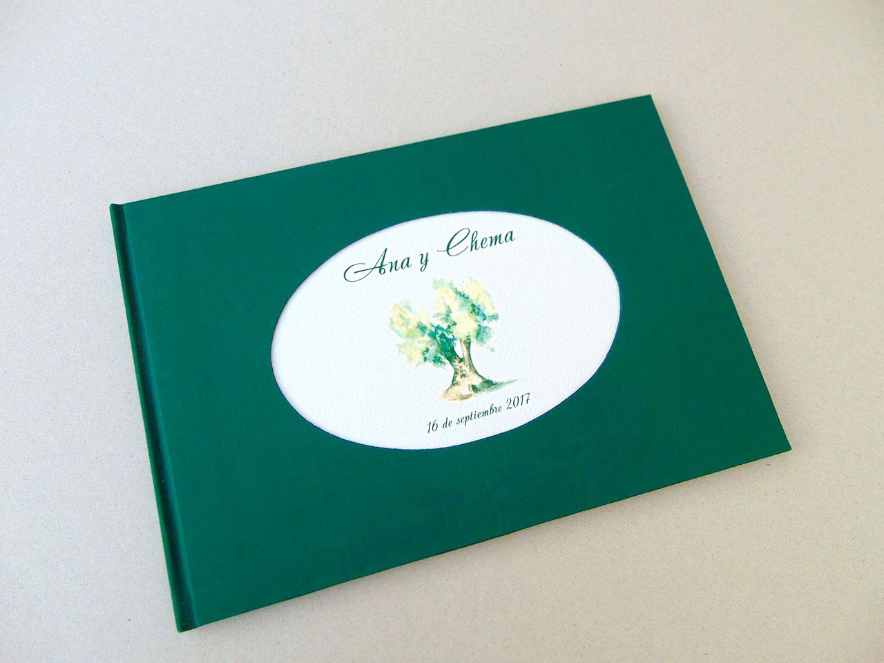 Libro de testigos con la invitación de la boda<br> en un óvalo en bajo relieve